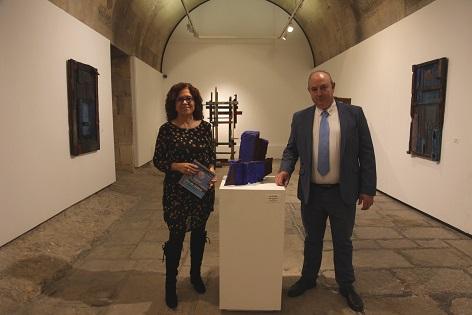 La edil de Cultura de Alicante visita la exposición «Mar de Madera» en el Castillo de Santa Bárbara junto al artista Frutos María