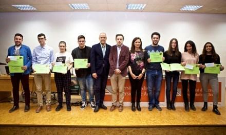 Los estudiantes Josué López de Matemáticas y Yasmina Algarra de Publicidad y RRPP, ganadores del Concurso de Microrrelatos Matemáticos de la UA