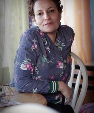 Ahlam Bsharat és una escriptora que és filla del vent, dels arbres, el so dels ocells i dels rius