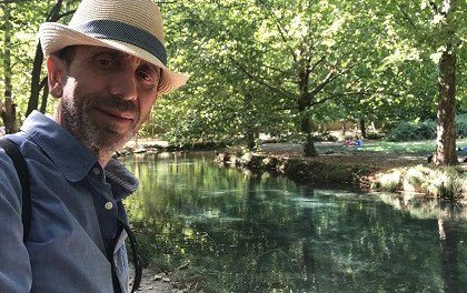 Cruzamos el puente de los espejos con… Pedro Serrano: poesía sin etiquetas