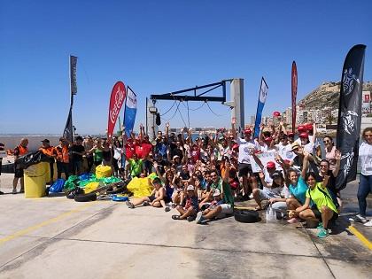 155 voluntaris participen en la neteja de Cala de la Sangueta d'Alacant