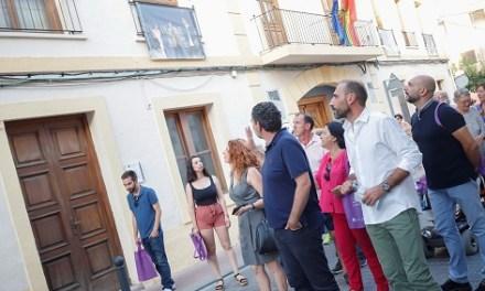 Els carrers del barri antic de l'Alfàs acullen l'exposició fotogràfica 'Balconades de Cinema'