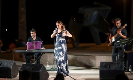 Inma Mira va brillar a l'Alfàs amb el seu espectacle 'La diva que no fui'
