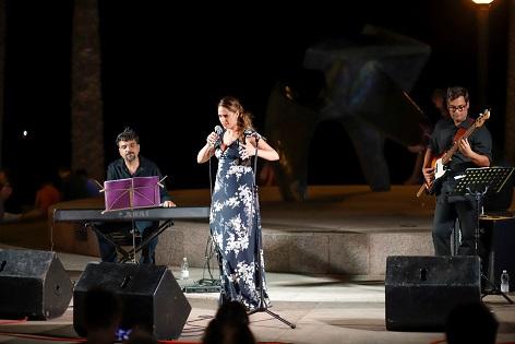 Inma Mira brilló en l'Alfàs con su espectáculo 'La diva que no fui'