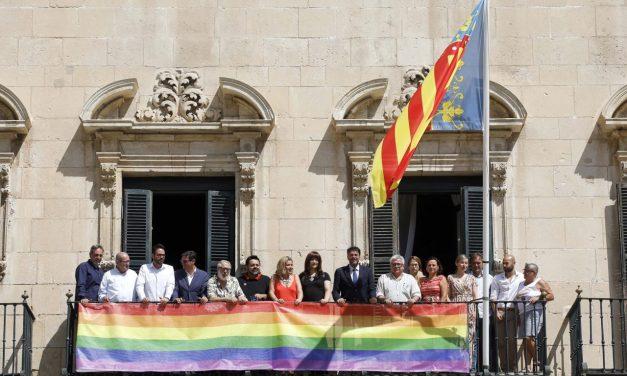 Alicante se suma a la celebración de la semana del Orgullo y despliega la bandera LGTBI en el balcón del Ayuntamiento