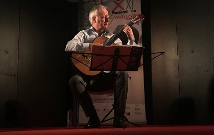 El mestratge del guitarrista Álvaro Pierri va captivar al públic del Claustre de San José d'Elx
