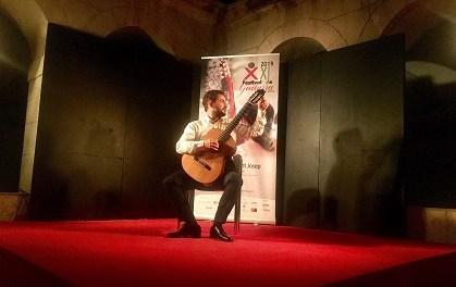 La nit del diumenge es va omplir de matisos amb la depurada tècnica de Pedro Mateo González en el Festival de Guitarra ciutat d'Elx