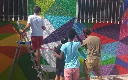 El Ayuntamiento de Alicante impulsa un programa de conciención ambiental en el CEAM Benacantil en el que participan una veintena de jóvenes de los barrios del El Pla del Bon Repós, Carolinas y Garbinet con un gran mural con el lema 'No hay Planeta B'