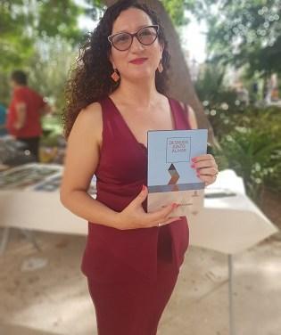 """Beatriz Giovanna con su poemario """"Desnuda junto al mar"""" que esculpe el deseo, la memoria y los nuevos sueños"""