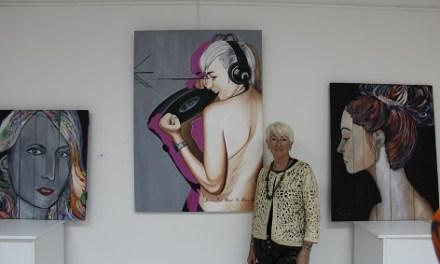 Las pinturas de Paqui Miralles se exhiben en el Centro Gómez Tortosa de Novelda