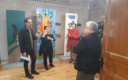 """María Conejero inaugura la exposición de arte """"Puertas"""" para visibilizar la violencia machista"""
