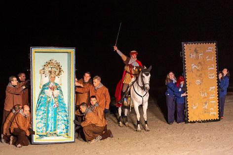 Més de 5.000 persones assisteixen a la representació de la troballa de la Mare de Déu a la platja del Tamarit