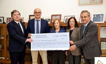 La Universitat d'Alacant i Hidraqua lliuren 3.140 euros a la Societat de Concerts d'Alacant recollits en el seu concert solidari 121 Aniversari Aguas de Alicante