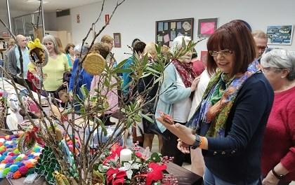 Desenes de persones assisteixen a la inauguració anual de la Mostra d'Art i Manualitats de AMUDECA en El Campello