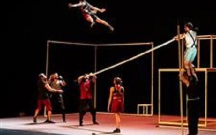 """A l'agost l'espectacle de circ """"Aureo"""" en la façana del Teatre Chapí de Villena"""