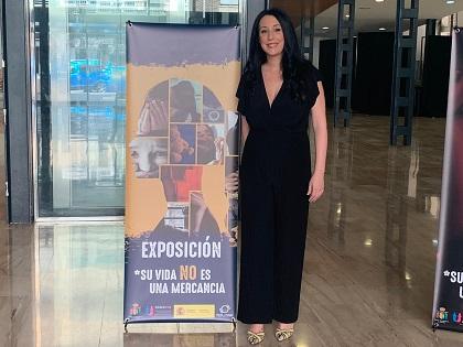 """Igualtat d'Oriola inaugura l'exposició """"La seua vida no és una mercaderia"""" per a mostrar la duresa del tràfic de dones i xiquetes"""