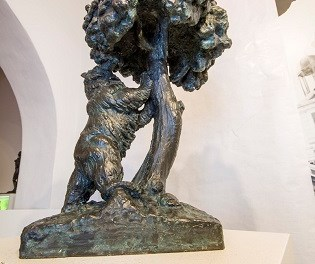 El Museu Navarro Santafé de Villena restaura diverses peces de l'escultor, així com elements de fusta de la façana dissenyats per l'artista