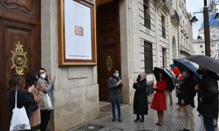 Ja està en la façana de l'Ajuntament el  cartell de la CXXXVI Cavalcada dels Reis Mags d'Alcoi