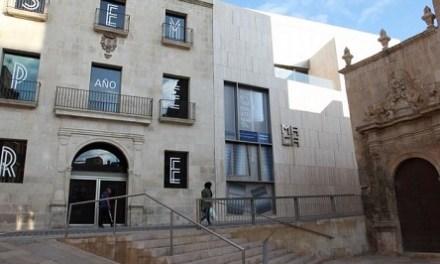 Una col·lecció de 291 obres valorada en dos milions d'euros arriba al MACA per a la seua conservació i exhibició
