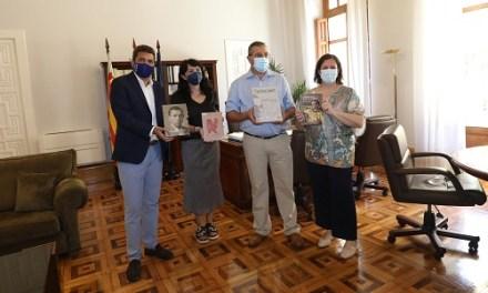 L'Institut Juan Gil-Albert dóna un lot de més de 350 llibres a la biblioteca de la Fundació Miguel Hernández
