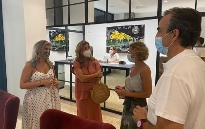 La vicealcaldesa Mari Carmen Sánchez da la bienvenida a DormirDCine, el 43º hotel que abre sus puertas en Alicante