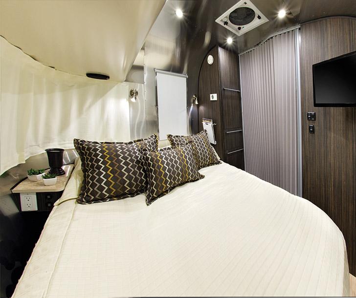 Photo Tour of the 2016 Airstream International Signature 23FB // localadventurer.com