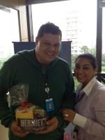 Gilson dos Santos (premiado com o Desafio de Páscoa) e Lucimara (coordenadora) na filial Curitiba