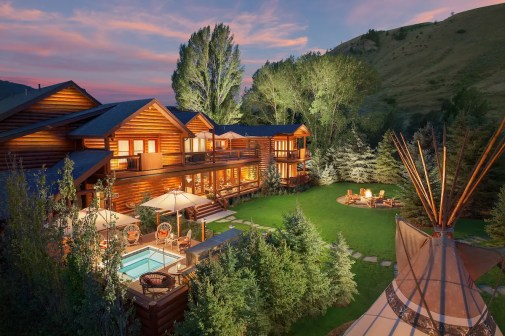 Spa Suites Exterior - Backyard