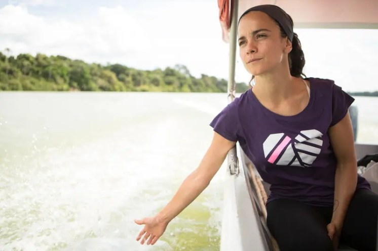 Alice Braga, Brazilian actress, visits the Sawré Muybu Indigenous Land to support the Munduruku against dams planned to be built in the region. The Munduruku people have inhabited the Sawré Muybu Indigenous Land, in the heart of the Amazon, for generations. The Brazilian government plans to build a series of dams in the Tapajós River basin, which would severely threaten their way of life. The Munduruku demand the demarcation of their territory, which would ensure protection from such projects. A atriz Alice Braga conhece a Terra Indígena Sawré Muybu para apoiar o povo Munduruku contra a construção de hidrelétricas na região. O povo Munduruku habita a Terra Indígena Sawré Muybu, no coração da Amazônia, há gerações. Mas seu modo de vida está ameaçado pelos planos do governo brasileiro de construir um complexo de barragens na bacia do Rio Tapajós. Os Munduruku exigem a demarcação deste território.