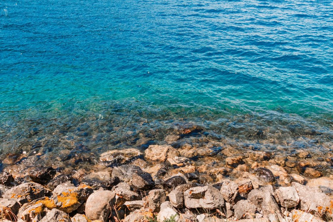 Crystal blue waters against rocks in Crescent Lake, Olympic National Park | Local Love and Wanderlust