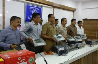 Thane Police Chief and Crime Branch officials showcasing the seized items during a press conference