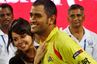 Mahendra Singh Dhoni with his wife Sakshi Dhoni