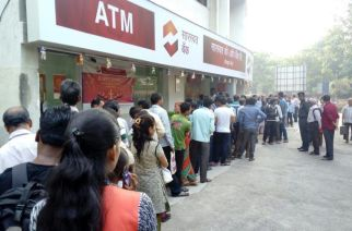 Queue outside a bank in Mumbai (File Photo)