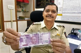 An official with Virar with the fake note. Picture Courtesy: Nawab Shaikh