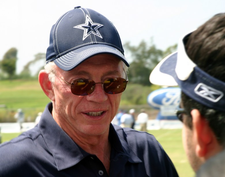 dallas cowboys owner jerry jones has some strong words about the covid-19 vaccine and his team.