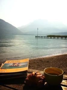 café et croissant au bord du lac d'Annecy