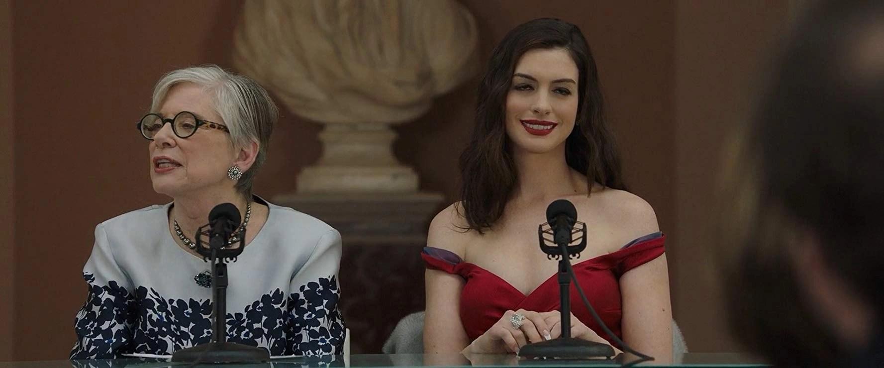 Anne Hathaway movie ocean's 8 scene