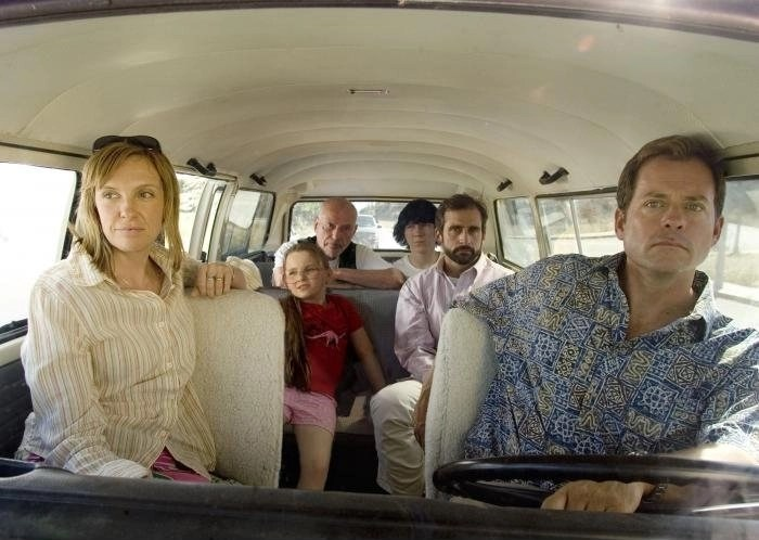 Toni Collette, Steve Carell, and Abigail Breslin in Little Miss Sunshine (2006) recensione