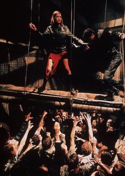 Milla Jovovich e Martin Crewes in Resident Evil