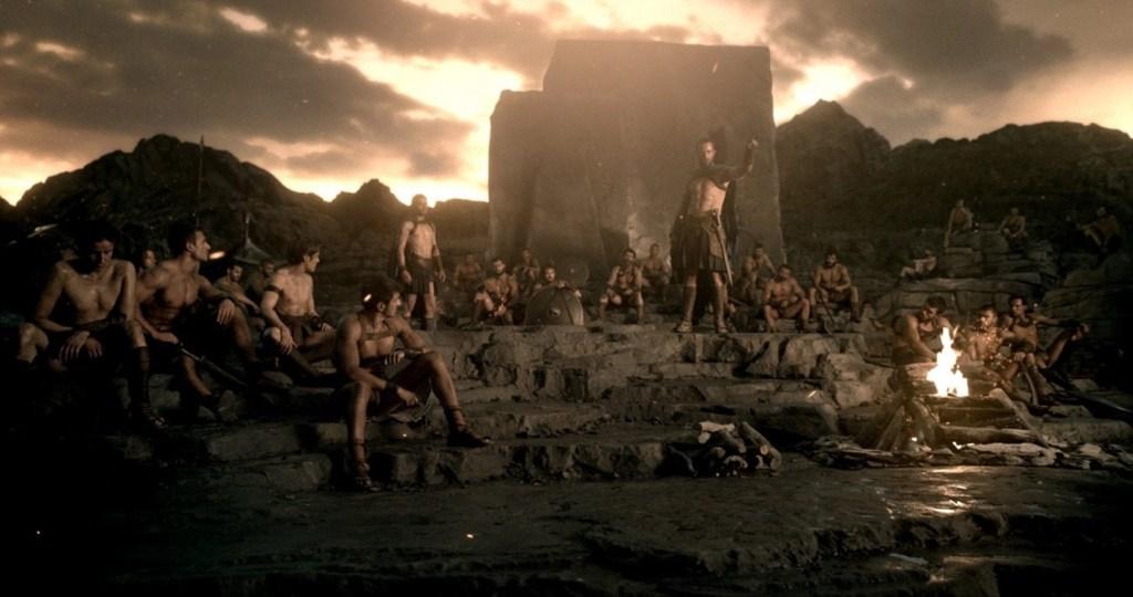 Temistocle incoraggia i soldati a non arrendersi e a continuare a combattere in una scena del film - 300 - L'alba di un Impero