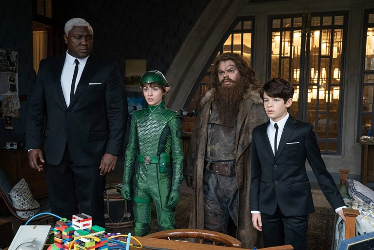 Josh Gad, Nonso Anozie, Lara McDonnell, e Ferdia Shaw in Artemis Fowl