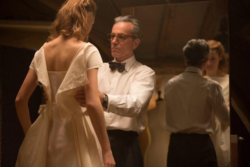 Daniel Day-Lewis e Vicky Krieps in una scena del film