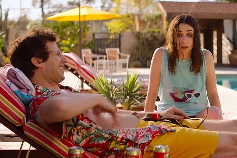 Andy Samberg e Cristin Milioti in una scena del film - Palm Springs