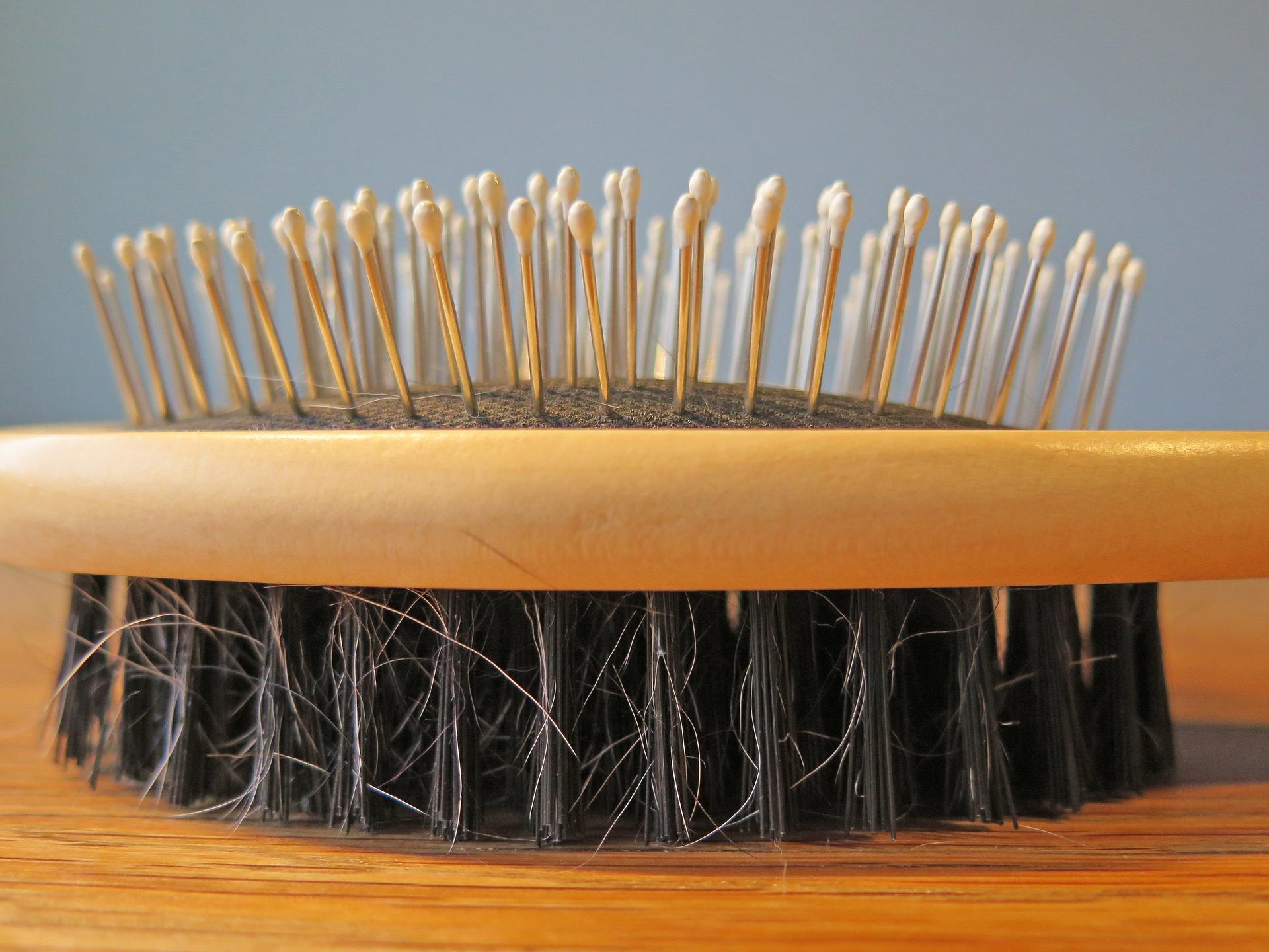 Haarbürste in Nahaufnahme. Haarband für Locken, Haargummi, Lockenkamm