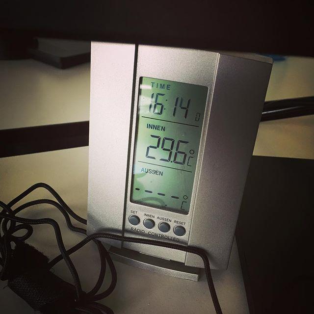 Bürotemperatur sagt: Feierabed #HotInHere #concentration #done