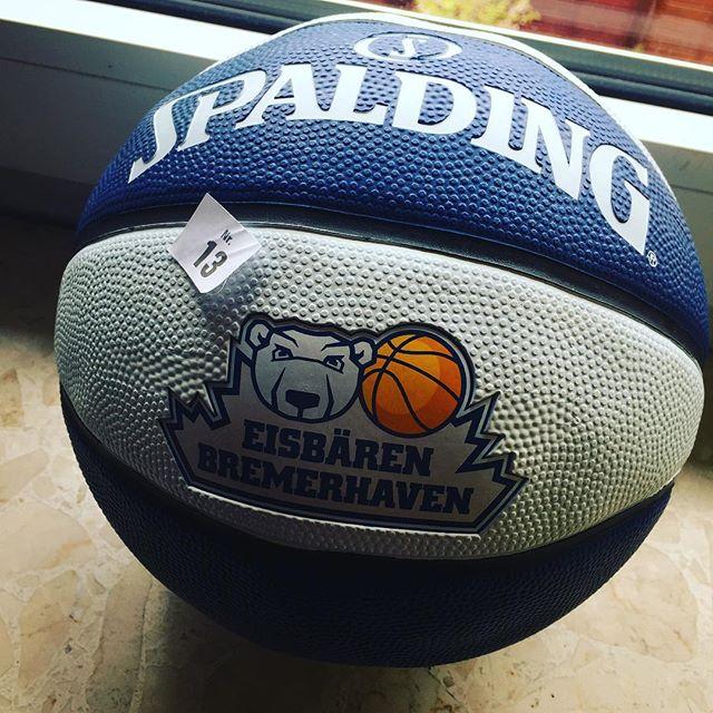 Hoffe, dass mein #Spalding den ich bei der @die_eisbaeren #Tombola beim letzten Mal gewonnen habe nicht stellvertretend für das Spiel heute steht: Da ist die Luft raus! #kaputt #preis #bremerhaven #eisbären #vechta #easycreditbbl #gelbetonne