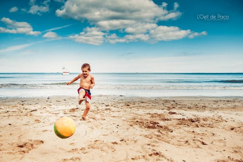 Un Œil sur votre famille – Nino joue au foot