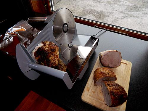 Jeg kutter steikene i to først.