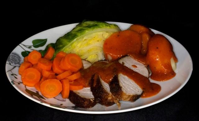 Teriyaki marinert ytrefilet av svin, med tomatsaus, nykål og gulerøtter. Og poteter selvsagt!