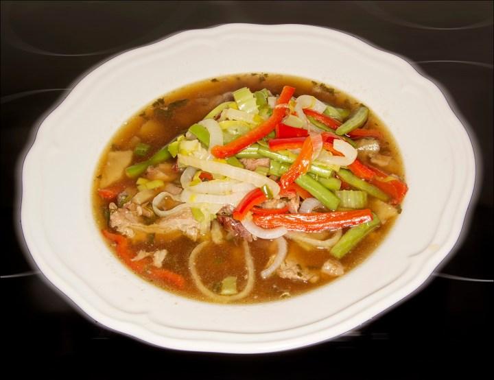 Kjøttsuppe med wok-grønnsaker, en god måte å nytte kraft på.